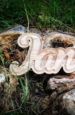 nombre tallado en madera